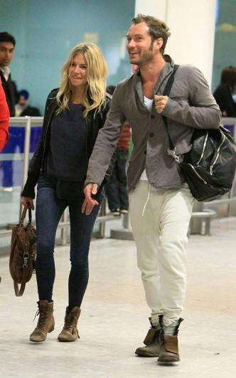 Una Pareja It Sienna Miller Y Jude Law En El Aeropuerto