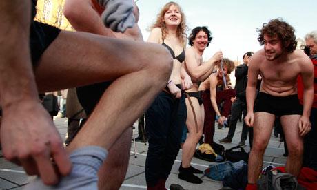 ... Ghent strip off 007 Protesta nudista en Bélgica por la falta gobierno