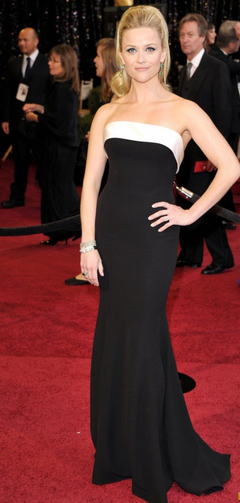 reese witherspoon oscars 2011 01 489x1024 Los Oscars son claro referente de glamour