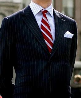 Esta regla es perfectamente extensible a la hora de combinar camisas y corbatas. Si las rayas de la camisa son muy finas, la corbata que mejor combinará con