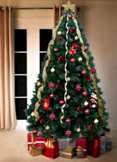 elegant los rboles altos y delgados lucirn ms llenos si se cuelgan las luces o adornos en forma horizontal with arbol navidad decorar - Como Adornar Un Arbol De Navidad