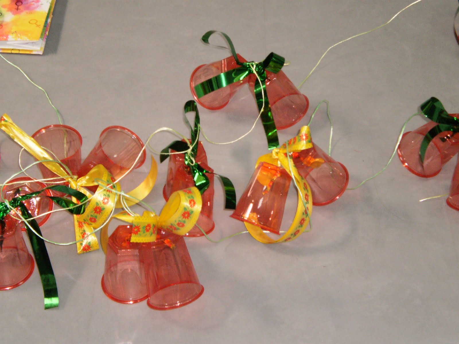 Adornos navide os reciclados - Adornos para navidad con pinas ...