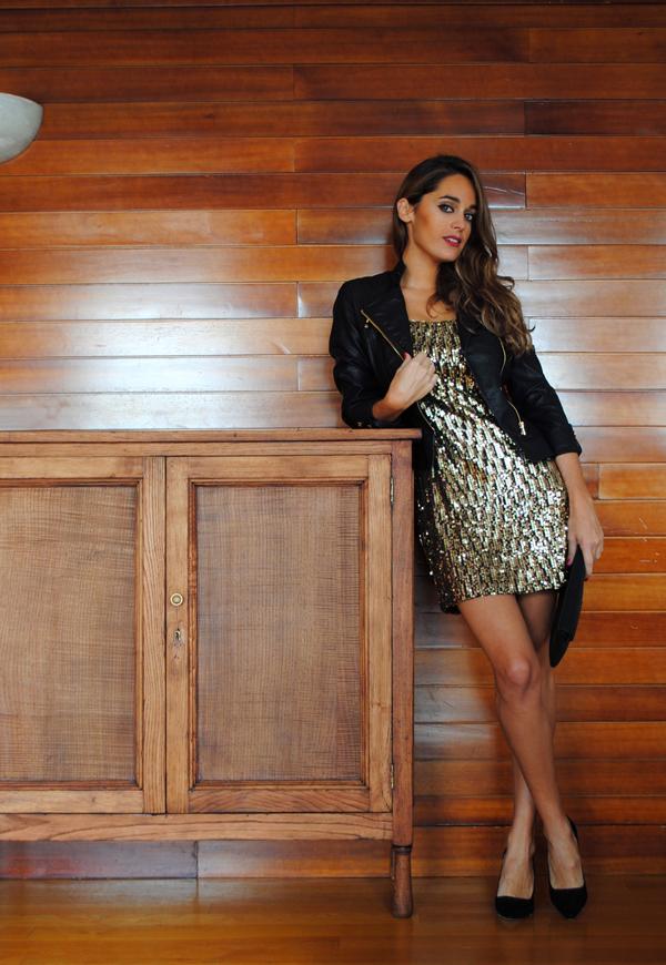 Vestido negro y chaqueta dorada