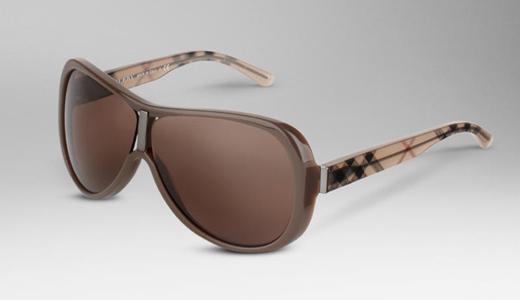 24834cbc85 Ahora bien, si quieres ir auténticamente Burberry esta primavera verano  2012, lo suyo es comprar estas gafas de sol Burberry Haymarket, que llevan  el ...