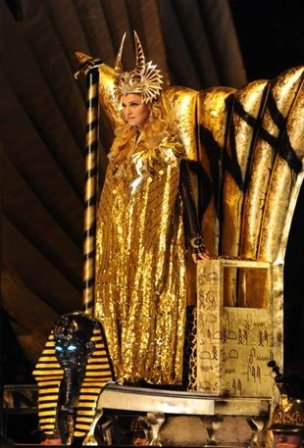 """""""Rihanna performing """"Cockiness"""" at iHeartRadio festival"""": Mega ritual de culto a Horus Madonna-arrasa-super-bowl-vestida-givenchy-alta-costura_2_1081172"""