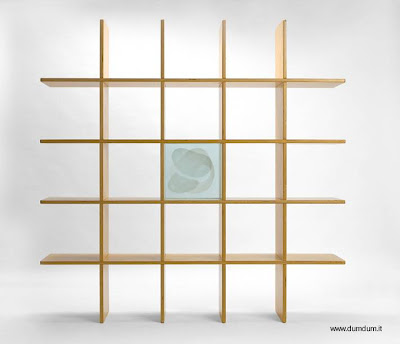 Moderna estantería cuadrada de madera.