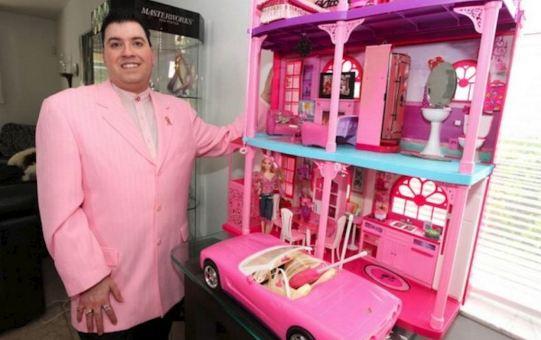 El hombre que colecciona barbies - La casa de barbie de juguete ...