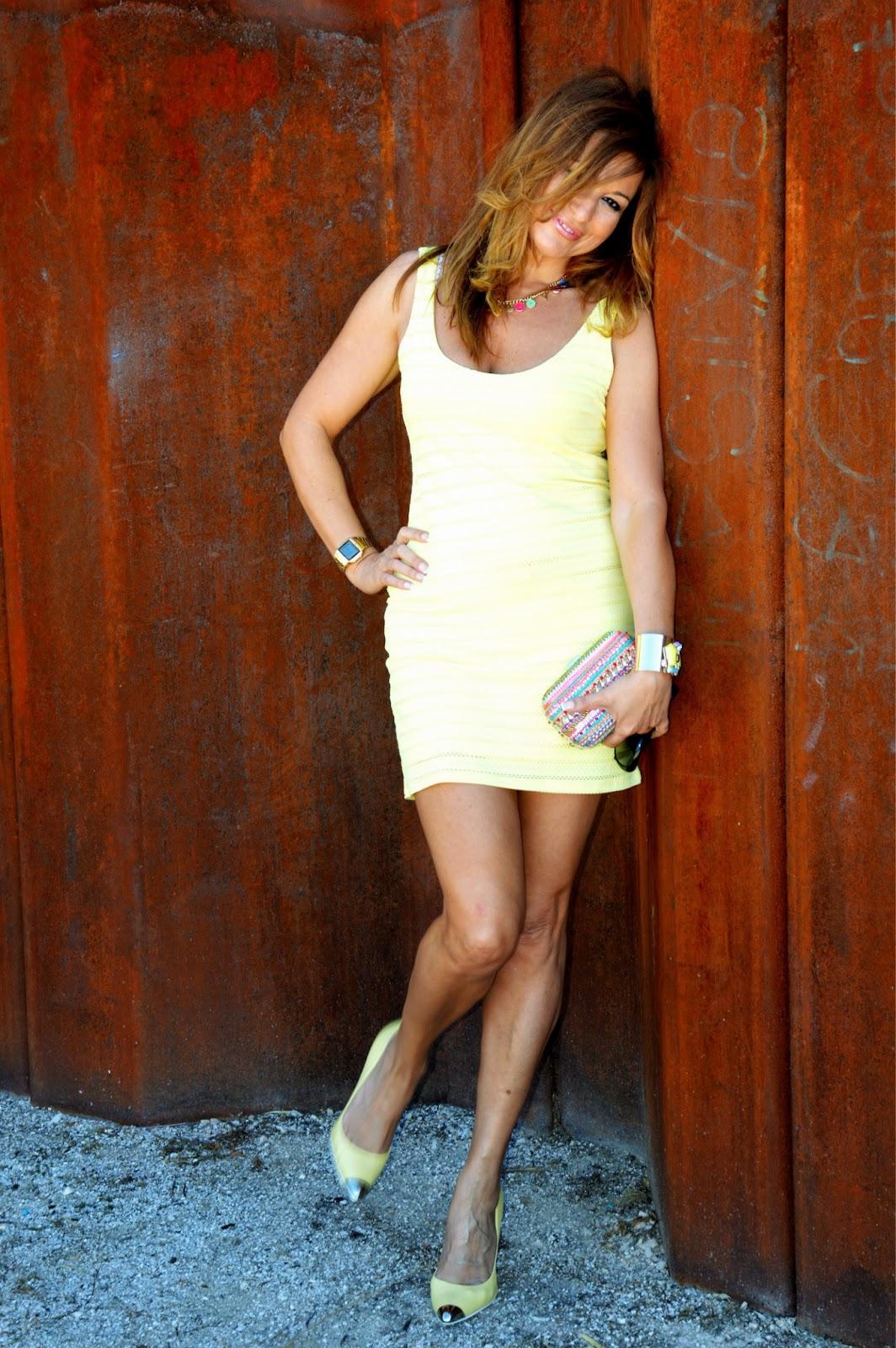 http://globedia.com/imagenes/noticias/2013/6/2/look-vestido-color-amarillo_1_1716189.jpg