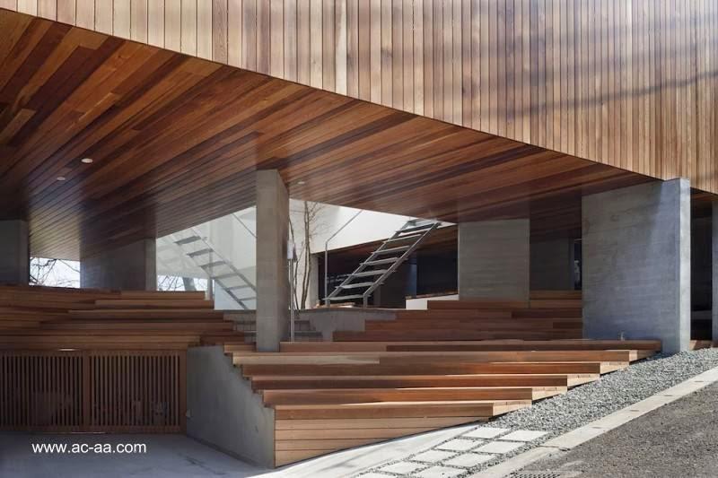 Casa urbana elevada minimalista en jap n for Casa minimalista japon