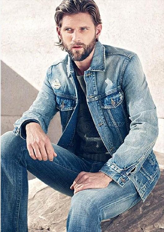 La moda hombre primavera verano se centra en un hombre intrépido y viajero que prefiere la comodidad al formalismo, para ellos tonos sólidos y fuertes. La líneas holgadas muy al estilo de la ropa deportiva pero con mucho estilo.
