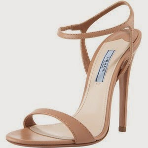 Las sandalias son las mismas, unas color cámel, de altísimo tacón y pulsera, de Prada, que lleva en estas cuatro ocasiones.
