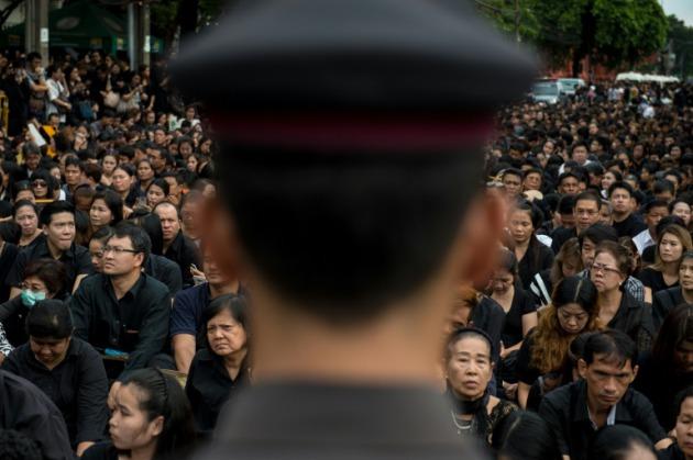 Bangkok se ti e de negro en se al de duelo por su rey for Perdida de senal tv