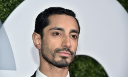 "El actor Riz Ahmed disfruta el ""surrealismo"" de ser un juguete de Star Wars"