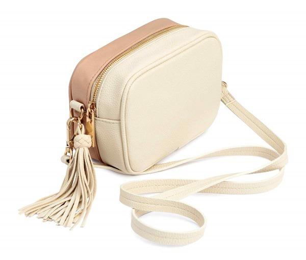 cdfc6151629c0 Cada vez hay más bolsos que imitan la forma redondeada del bolso disco de  Gucci, como este bolso bandolera nude de H M que cuesta solo 17, 99 euros.  image