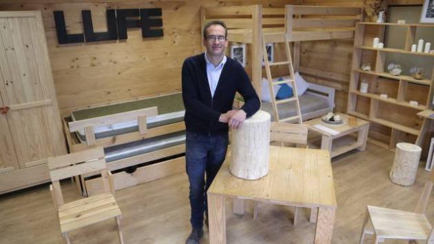 La cama de 30 euros que triunfa online for Muebles lufe estanterias