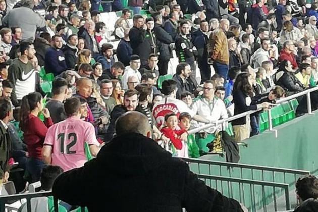 Afición de Betis expulsa a niño de estadio por llevar camiseta de Sevilla