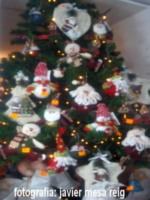 el rbol de navidad infantil destaca por tener muchos papa noel muchos muecos de nieve estrellas abetos corazones y estrellas