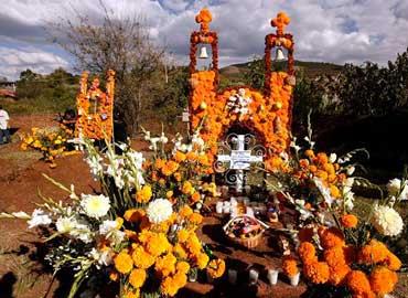 Arreglo de altares en el día de muertos; significados de nuestra ...