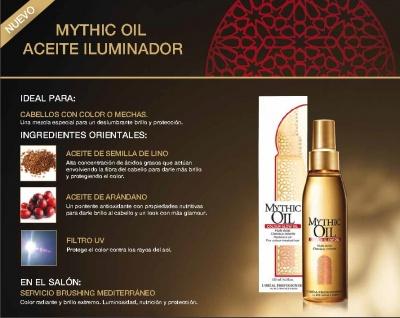 El aceite nutritivo para los cabellos por las manos